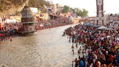 Ganga Dussehra 2020: गंगा दशहरा के अवसर पर उत्तरप्रदेश में कई घाटों पर सोशल डिस्टेंसिंग की उड़ाई गई धज्जियां!
