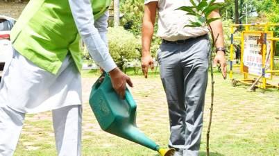 """विश्व पर्यावरण दिवस"""" पर मुख्यमंत्री श्री त्रिवेन्द्र सिंह रावत ने मुख्यमंत्री आवास में वृक्षारोपण किया।"""