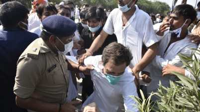Rahul Gandhi, Priyanka Gandhi Vadra & senior Congress leaders have been arrested by the UP police