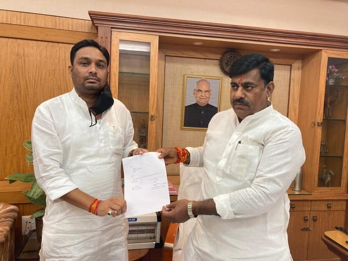 Madhya Pradesh: Congress MLA Rahul Lodhi tenders his resignation to Protem Speaker Rameshwar Sharma.