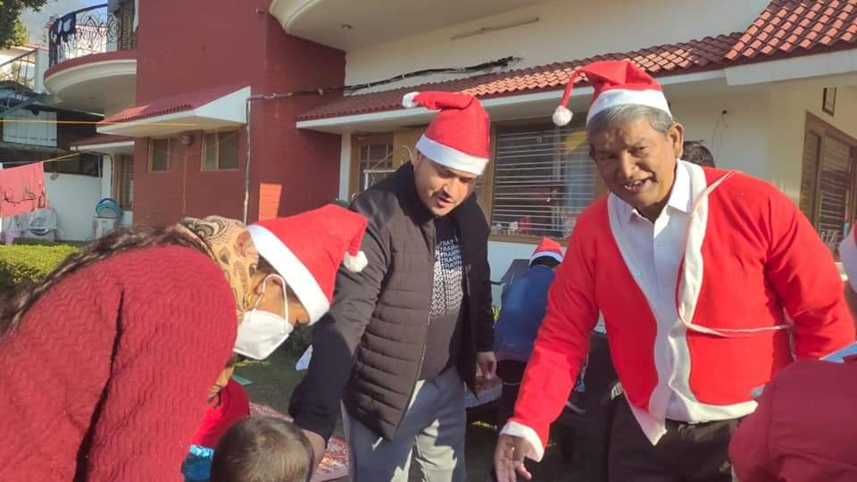 Former CM Harish Rawat Poses Santa Claus And Gives Gifts To Children