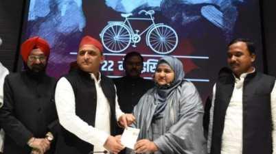 Famous Urdu Poet Munawwar Rana Daughter Sumaiya joins Samajwadi Party