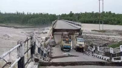 Uttarakhand - Dramatic videos show vehicles washed away
