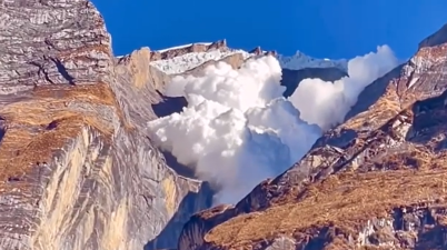 Stunning - A cloud avalanche occurred near the Kapuche Glacier Lake in the mountains of Nepal - Watch